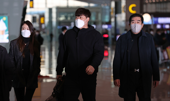 Ryu Hyun-jin, center, arrives at Incheon International Airport on Wednesday before flying to Florida to begin spring training. [YONHAP]
