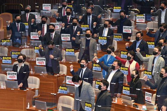 Lawmakers of the PPP stand up to passage of the impeachment motion of Judge Lim Seong-geun at the National Assembly on Thursday.  [NEWS1]