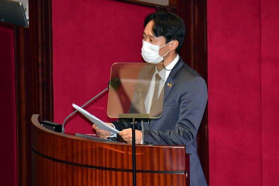 DP Rep. Lee Tah-ney presents a motion to impeach Judge Lim Seong-geun at the National Assembly on Thursday.  [NEWS1]