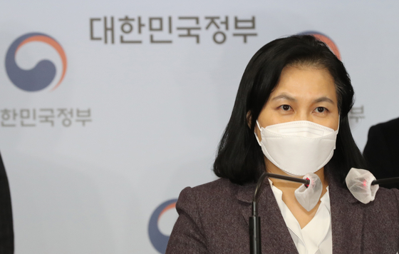 Korean Trade Minister Yoo Myung-hee announces her decision not to pursue the top post at the World Trade Organization at the government complex in Seoul on Friday. She was one of the finalists, the furthest that a Korean contender has made. [YONHAP]