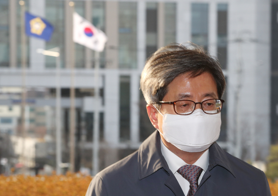 Supreme Court Chief Justice Kim Myeong-su enters the Supreme Court on Friday.  [YONHAP]