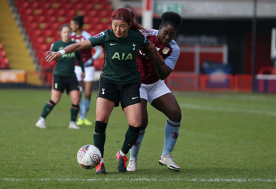 Cho So-hyun of Tottenham Hotspur dribbles the ball past an Aston Villa player as the two clubs faced off in the FA Women's Super League on Saturday. [SCREEN CAPTURE]