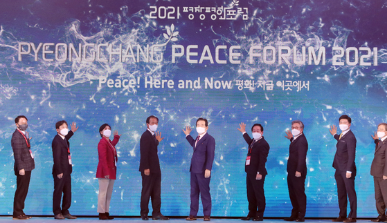Prime Minister Chung Sye-kyun, center, and dignitaries attend the opening ceremony for the PyeongChang Peace Forum 2021, which commemorates the legacy of the 2018 PyeongChang Winter Olympics, at the Alpensia Convention Center in Pyeongchang County, Gangwon, on Sunday. [NEWS1]