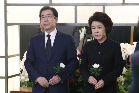Former Seoul Mayor Park Won-soon, left and his wife, Kang Nan-hee, at the funeral of Lee Hee-ho, wife of former President Kim Dae-jung, on June 11, 2019. [KIM SANG-SEON]