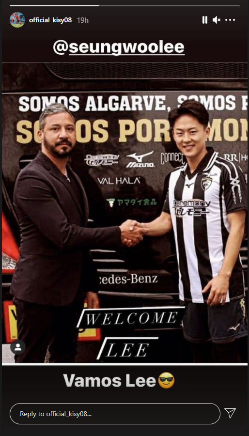 A picture posted on Instagram by Ki Sung-yueng shows Lee Seung-woo wearing a Portimonense S.C. shirt and shaking hands with the club's chairman. [SCREEN CAPTURE]