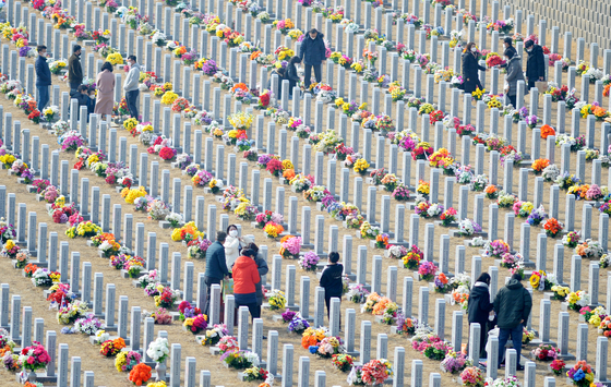 People flock to pay respects at the Daejeon National Cemetery in Yuseong District, Daejeon, Sunday, the weekend ahead of Lunar New Year. The government said it will close national cemeteries during the Lunar New Year holiday, which runs from Feb. 11 to 14, as a Covid-19 precautionary measure. [KIM SEONG-TAE]