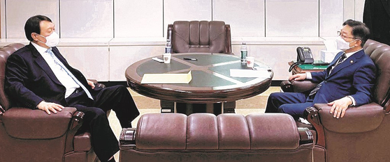 Justice Minister Park Beom-gye, right, and Prosecutor General Yoon Seok-youl meet on Friday. [MINISTRY OF JUSTICE]