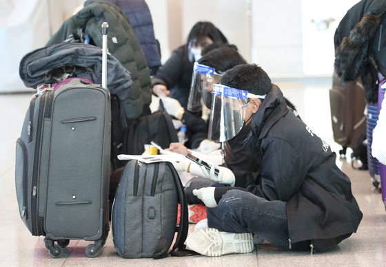 Travelers from Cambodia await transportation at Incheon International Airport Terminal 1 Monday morning. The Korea Disease Control and Prevention Agency reported 46 daily imported cases on Saturday, the highest number in that category in six months, although none from Cambodia. [YONHAP]
