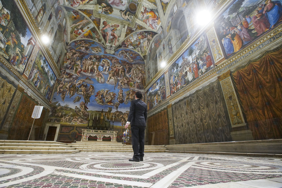 Gianni Crea, the Vatican Museums chief ″Clavigero″ key-keeper, walks through the Sistine Chapel as he opens the museum, at the Vatican, on Feb. 1.[YONHAP/AP]