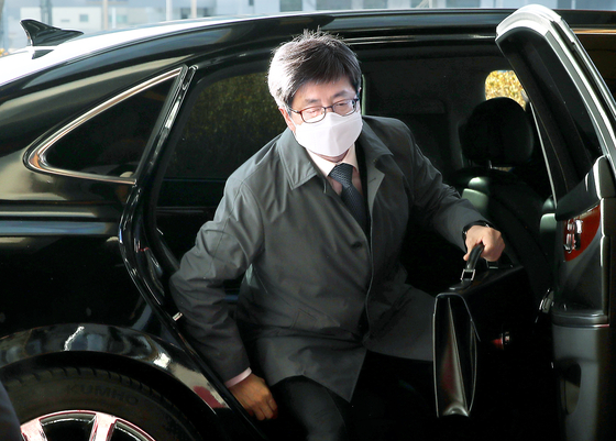 Chief Justice Kim Myeong-su arrives at the Supreme Court in Seocho District, southern Seoul, on Monday morning. [NEWS1]