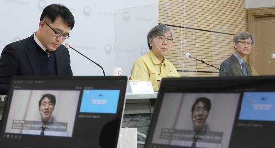 Jeong Eun-kyeong, center, commissioner of the Korea Disease Control and Prevention Agency (KDCA), answers questions from the public on Covid-19 vaccination plans in a hybrid online and in-person briefing alongside virus experts at the KDCA headquarters in Cheongju, North Chungcheong. [YONHAP]