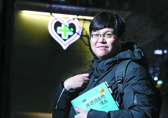 Cho Kyung-rae, a 32-year-old who completely recovered from Covid-19, has donated his plasma nine times. [KWON HYUK-JAE]