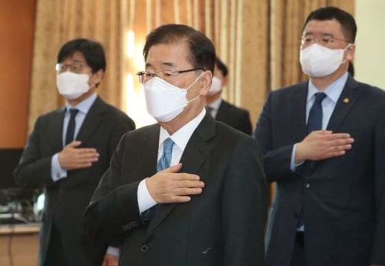Chung Eui-yong is inaugurated as the new Korean foreign minister at a ceremony held at the Foreign Ministry complex in central Seoul Tuesday. [NEWS1]