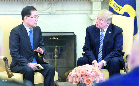 President Moon Jae-in's national security adviser Chung Eui-yong describes to U.S. President Donald Trump in 2018 his meeting with North Korean leader Kim Jong-un to broker a U.S.-North summit in Singapore. [NEWS1]