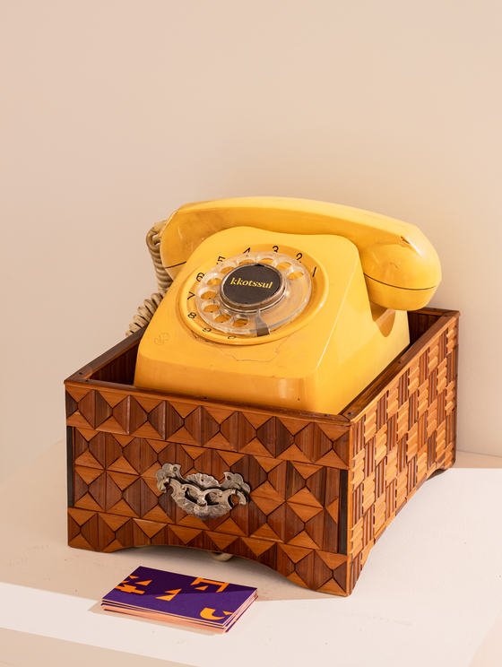 A mini drawer was used to store phone books and memo pads along with a rotary dial telephone. [CHOI YONG-JOON]