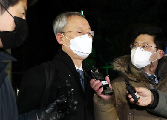 Former Minister of Trade, Industry and Energy Paik Un-gyu, center, leaves the Daejeon Detention Center on Tuesday after the Daejeon District Court rejected the prosecution's request for an arrest warrant. [NEWS1]
