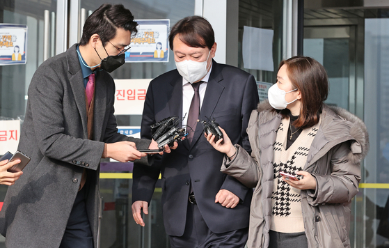 Prosecutor General Yoon Seok-youl, center, emerges from a meeting with newly appointed Justice Minister Park Beom-gye on Feb. 1. [YONHAP]