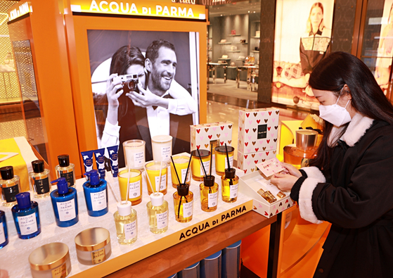 Italian perfume brand Acqua di Parma's pop-up store is at Lotte Department Store's main branch in central Seoul on Tuesday. The perfume brand is targeting Valentine's Day, which falls on Sunday. [YONHAP]