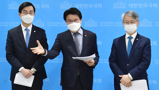 Rep. Hwang Un-ha, center, of the ruling Democratic Party explains a bill designed to take away all investigative powers from the prosecution and give them to a new investigation agency. [NEWS1]