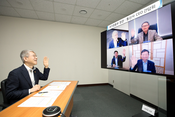Choi Ki-young, Korea's minister of science and ICT, holds an online conference call with CEOs of three major mobile carriers of the country — SK Telecom, KT and LG U+ — on Tuesday at its headquarters in Sejong. [MINISTRY OF SCIENCE AND ICT]