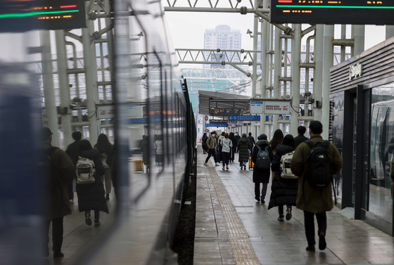Passengers line up to take the KTX to Busan at Seoul Station Wednesday as the government advised people not to travel over the four-day Lunar New Year holiday, which kicks off Thursday. [YONHAP]