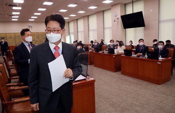 Rep. Lee Dal-gon, front, of the opposition People Power Party leaves a meeting of the National Assembly's Committee on Culture, Sports and Tourism on Wednesday after protesting the ruling Democratic Party's endorsement of Rep. Hwang Hee as a new minister of culture.  [YONHAP]