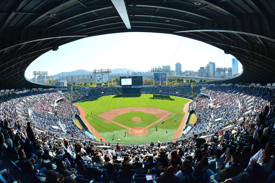 The NC Dinos take on the Doosan Bears at a sold-out Jamsil Baseball Stadium during the 2016 Korean Series. [NEWS1]