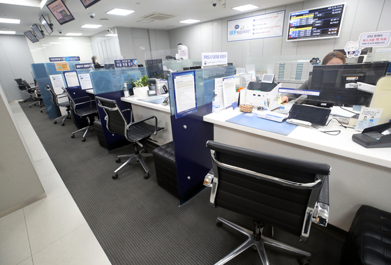 Loan office at a local bank in Seoul is empty in December last year as the country's financial authorities asked banks to tighten loans to households to slow debt growth. [YONHAP]