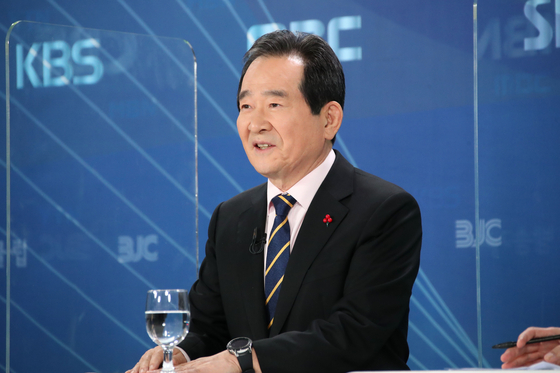 Prime Minister Chung Sye-kyun speaks during a televised debate on Thursday. [YONHAP]