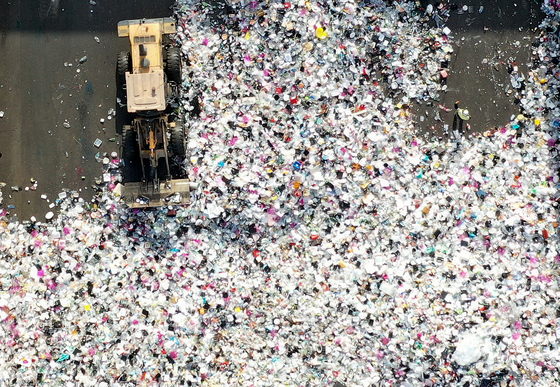 Plastic waste is piled up at a recycling center in Suwon, Gyeonggi, on Jan. 14. As demand for delivery services soar during the Covid-19 pandemic, demand for disposable plastic containers also increased. [NEWS1]