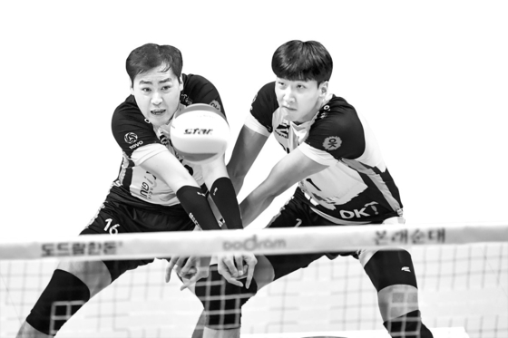 Volleyball athletes Shim Kyoung-sub, left, and Song Myung-geun, right, have been recently embroiled in accusations that they bullied schoolmates in their high school and middle school. Both have apologized to the victims as of Saturday. [YONHAP]