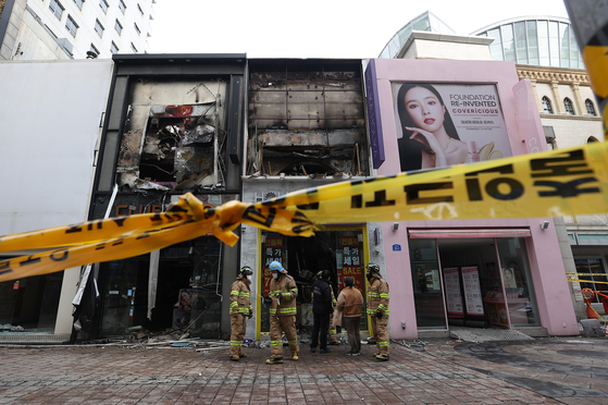 A two-story cosmetics store in Myeongdong, central Seoul, burned Sunday morning at around 4:55 a.m. The fire was suppressed in three hours by 142 firefighters. Nobody was inside the building when the fire broke out. [YONHAP]