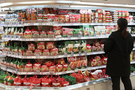 Kimchi-related products are displayed in a supermarket in Seoul on Monday. The Korea Trade-Investment Promotion Agency (Kotra) said Friday that exports of kimchi to Germany last year doubled on year, recording a 118.9-percent increase. [YONHAP]