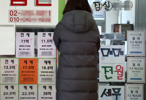 Posting of jeonse offers at a real estate agency in Suoul on Feb. 7. Jeonse prices have gone up due to lack of supply, especially since the Democratic Party pushed through legislation with the intention of protecting tenants. [YONHAP]