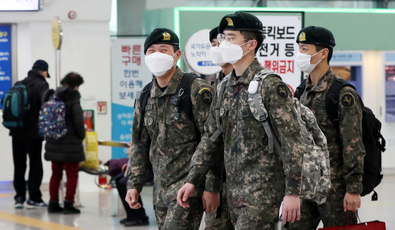 Soldiers flock to Seoul Station Monday to head home for the first time in two months after the Defense Ministry lifted a ban on troops taking leave due to eased social distancing regulations. [NEWS1]