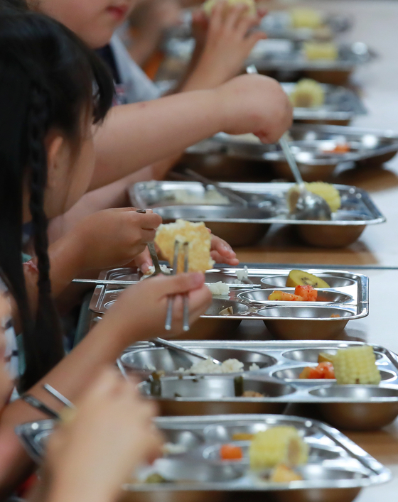 Students of an elementary school in Seoul eating their lunch on July 8, 2019. [YONHAP]