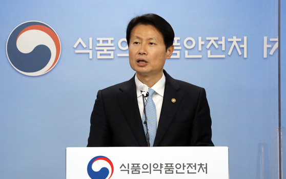 Minister of Food and Drug Safety Kim Gang-lip announces the authorization of AstraZeneca's Covid-19 vaccine for all adults, including people 65 and older, at a briefing Wednesday afternoon in Cheongju, North Chungcheong. [NEWS1]