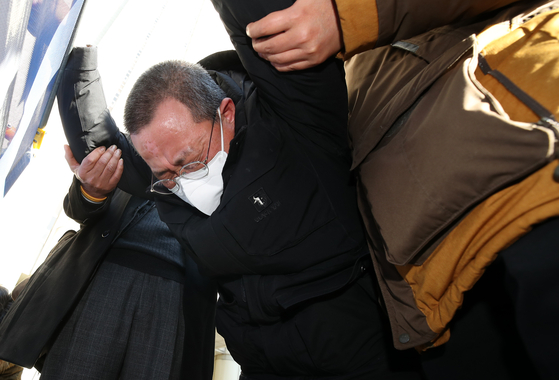 Yoo Gyeong-geun, who represents families of the victims in the Sewol ferry sinking, wails on Monday after the Seoul Central District Court acquitted Kim Seok-kyun, chief of the Korea Coast Guard at the time, of negligent homicide in the 2014 Sewol ferry's sinking. [NEWS1]
