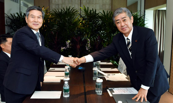 Korean Defense Minister Chung Kyung-doo and his Japanese counterpart Takeshi Iwaya shake hands before having a meeting in Singapore to discuss ways to normalize military exchanges between the two countries, June 1, 2019. [MINISTRY OF NATIONAL DEFENSE]