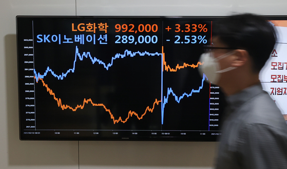 A screen display at Yonhap Infomax headquarters in Jongno District, central Seoul, shows the trajectories of the stock prices of SK Innovation, top, and LG Chem, on Monday. The paths reversed after the U.S. International Trade Commission (ITC) on Feb. 10 sided with LG Chem, which accused SK Innovation of infringing on the company's intellectual property rights regarding EV battery technology. [YONHAP]