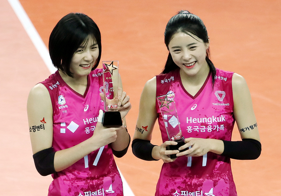 Lee Jae-young and Lee Da-young collect awards after winning the All-Star fan vote ahead of a match between the Heungkuk Life Insurance Pink Spiders and Seoul GS Caltex KIXX Volleyball Team on Jan. 26. [YONHAP]