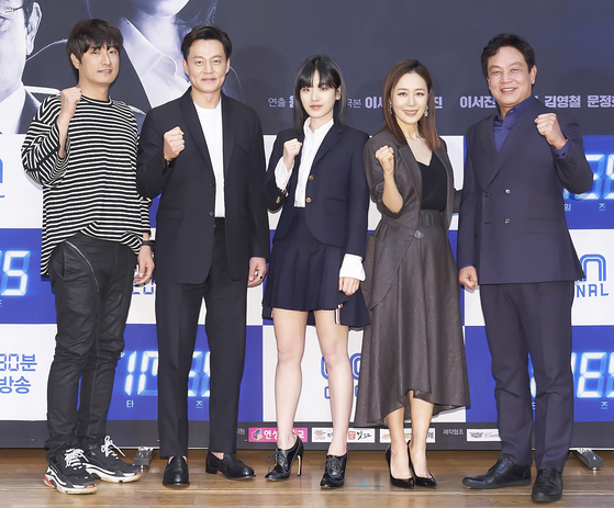 """Director Yoon Jong-ho with actors Lee Seo-jin, Lee Joo-young, Moon Jeong-hee and Kim Yeong-cheol pose during a press conference for the new OCN series """"Times"""" on Tuesday. """"Times"""" is a political thriller about a journalist trying to stop the death of her father by communicating with another journalist from the past. [ILGAN SPORTS]"""