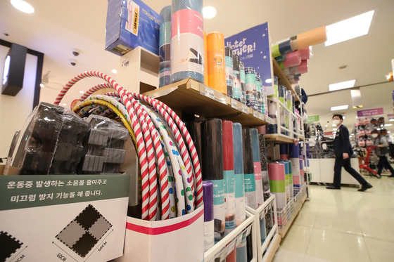 Mattresses that help reduce noise in apartments are on sale at a discount mart in Seoul on Tuesday. Such noise canceling product sales between December 2020 and January 31 this year have surged, according to WeMakePrice. Absorbing mat sales have increased 80 percent, roll mat sales have surged 95 percent and slipper sales have gone up 86 percent as people stay home. [YONHAP]