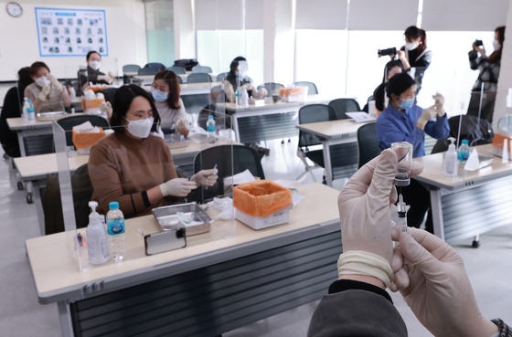 Nurses train for Covid-19 shots at the Korean Nurses Association in central Seoul Tuesday. These nurses will be dispatched to hospitals and treatment centers for Covid-19 patients. The first inoculations in Korea kick off on Feb. 26. [YONHAP]