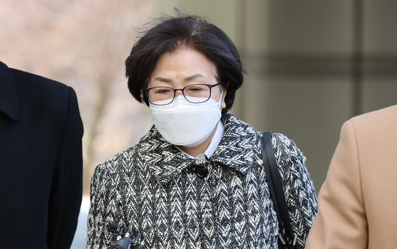 Former Environment Minister Kim Eun-kyung enters the Seoul Central District Court on Tuesday to attend a sentencing hearing. The court convicted her of abuse of power and sent her to jail for two years and six months. [YONHAP]