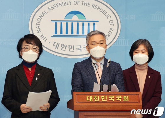 Rep. Choi Kang-wook, an ally of the ruling Democratic Party, proposes a bill enforcing punitive damages on media organizations to prevent fake news. [NEWS1]