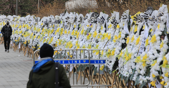 Funeral flower arrangements, sent to pressure Supreme Court Chief Justice Kim Myeong-su to resign because of his responsibility in the latest controversy surrounding the National Assembly's unprecedented impeachment of a sitting judge, stand outside the Supreme Court in Seocho-dong, southern Seoul. [NEWS1]
