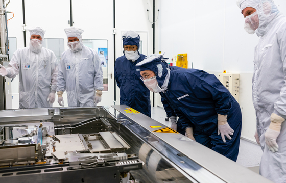 In a file photo from last year, Samsung Electronics Vice Chairman Lee Jae-yong looks at a manufacturing line at the headquarters of chip equipment maker ASML in the Netherlands. [NEWS 1]