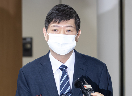 Rep. Kim Hong-gul, independent, answers a question from a reporter after the Seoul Central District Court convicts him on Tuesday for election law violation. [YONHAP]