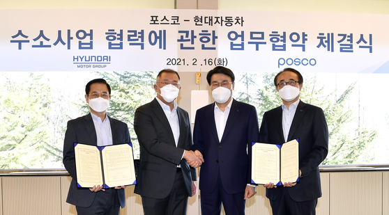 Hyundai Motor Group Chairman Euisun Chung, second from left, shakes hands with Choi Jeong-woo, chairman of Posco, third from left, after signing a memorandum of understanding on Tuesday to collaborate in the hydrogen business. [HYUNDAI MOTOR GROUP]